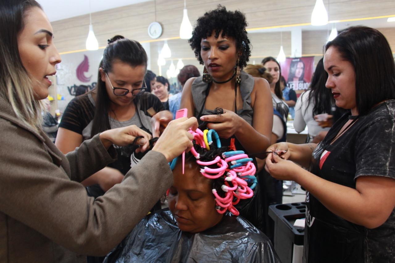 Mulheres os cabelos cacheados, valorizando a identidade afro